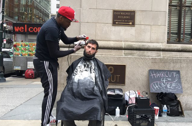 barber-gave-free-haircuts-homeless-gifted-barbershop